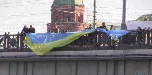 Foto: tsn.ua. Die Flagge ist 10 Meter lang.