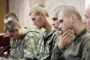 Russische Fallschirmjäger, die in der Ukraine gefangen genommen worden waren, bei einer Pressekonferenz in Kiew letzten Monat. Foto: Valentyn Ogirenko/Reuters