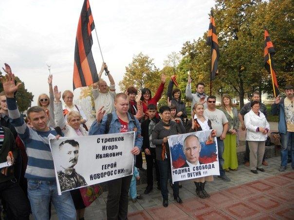 """Antimaidan-Demonstration in Samara – hier wird der GRU-Agent und frühere DVR-Anführer Strelkow alias Girkin, gegenwärtig im russischen Exil, als """"Held von Novorossija"""" herausgestellt. Auf dem Transparent daneben steht: """"Mutterland, Freiheit, Putin"""""""