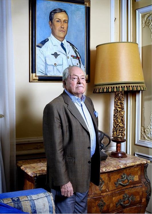 Jean-Marie Le Pen wirft sich in Montretout vor einem Bild in Pose, dass ihn als Fallschirmjäger zeigt und 1968 von Ilja Glasunow gemalt wurde. [A.d.Ü.: Le Pen diente als Fallschirmjäger auch in Algerien. Gegen ihn erhobene Foltervorwürfe aus jener Zeit wurden bis heute nicht geklärt. - Quelle: http://goo.gl/nieQ1r]