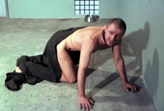 Der russische Performance-Künstler Oleg Kulik gibt vor, ein im Käfig eingesperrter Hund zu sein, eine Allegorie für den postsowjetischen Menschen - Foto: Reuters