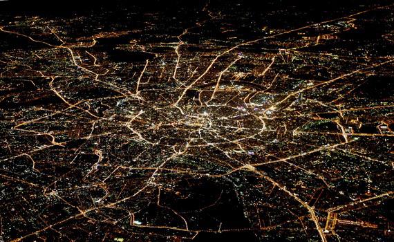 Der Blick aus einem Flugzeugfenster auf Moskau in der Nacht, mit dem Kreml im Zentrum -  Foto: Alexander Demianchuk / Reuters