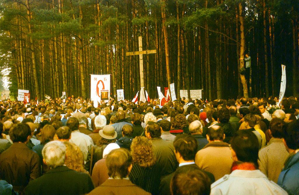Kurapaty memorial, 1989 (Image: Wikimedia)