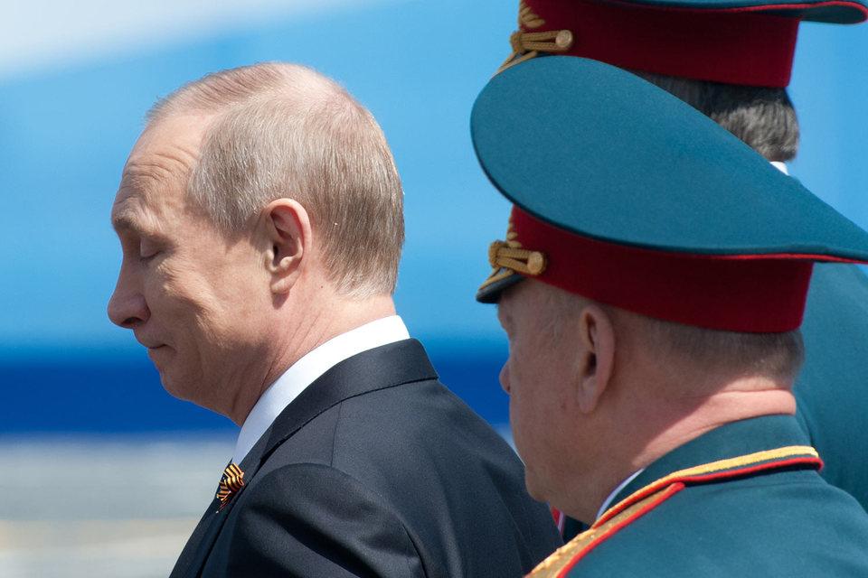Putin with generals grimacing (Image: vedomosti.ru)