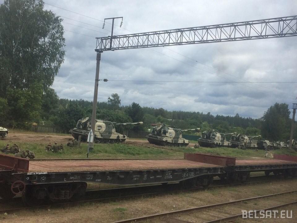 Russian self-propelled guns in Vereitsy, Belarus during Zapad-2017 (Image: belsat.eu)