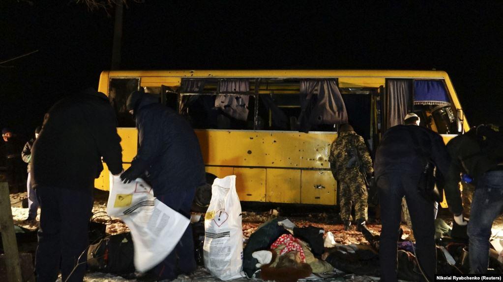 Тіла пасажирів рейсового автобусу, які були вбиті внаслідок ракетного удару російських гібридних сил. Загинуло 12 (за іншими даними 13) людей, ще 18 були поранені. Донеччина, околиця міста Волновахи, 13 січня 2015 року