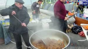 Mustafa Osmanow kocht Pilaw auf dem Euromaidan