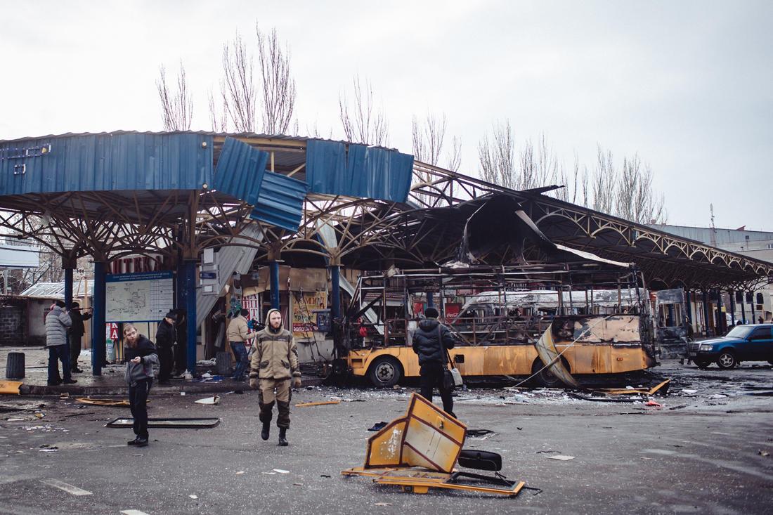 Eine durch Artilleriefeuer zerstörte Bushaltestelle in Donezk. - Foto: Max Avdeev / Meduza