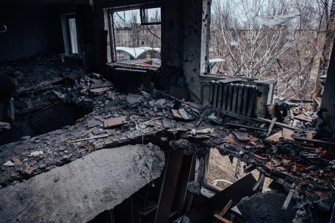 Ein fünfstöckiges Gebäude wurde durch einen direkten Artillerietreffer zerstört. Drei Etagen des Gebäudes sind einfach verschwunden. - Foto: Max Avdeev / Meduza