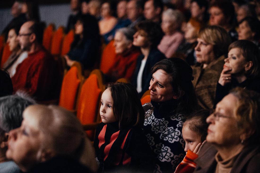 Eine Familie in der Prokofiew-Philharmonie in Donezk. - Foto: Max Avdeev / Meduza