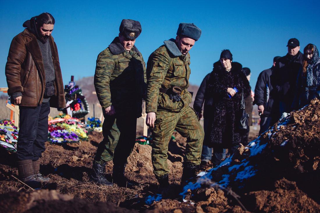 Eine Beerdigung auf einem Friedhof in Donezk. - Foto: Max Avdeev / Meduza