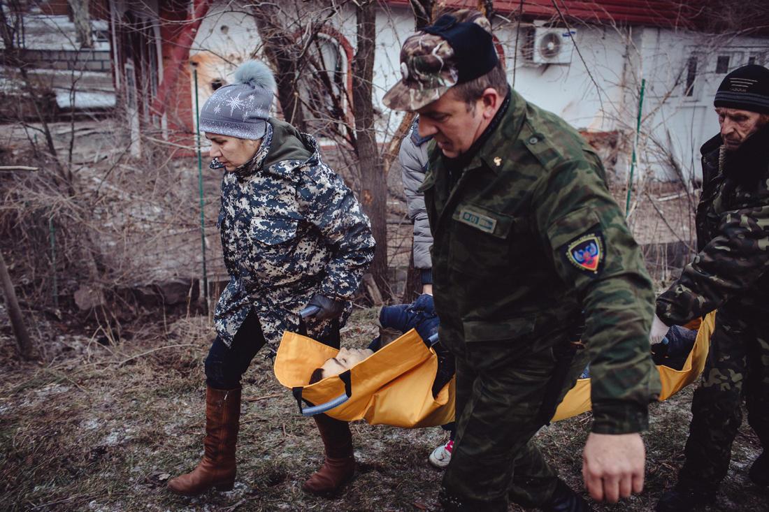 Ein junger Mann wurde in der Nähe der entmilitarisierten Zone getötet. Er und seine Mutter wurden von einer Rakete getroffen. Sie überlebte und wurde in das Krankenhaus eingeliefert. - Foto: Max Avdeev / Meduza