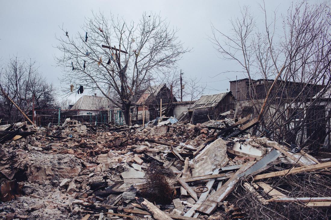 Ein Privathaus wurde beim Beschuss von einer BM-21-Rakete zerstört. Nicht einmal der Keller überstand die Explosion. Im Hintergrund die Stadt Kondratjewka. - Foto: Max Avdeev / Meduza