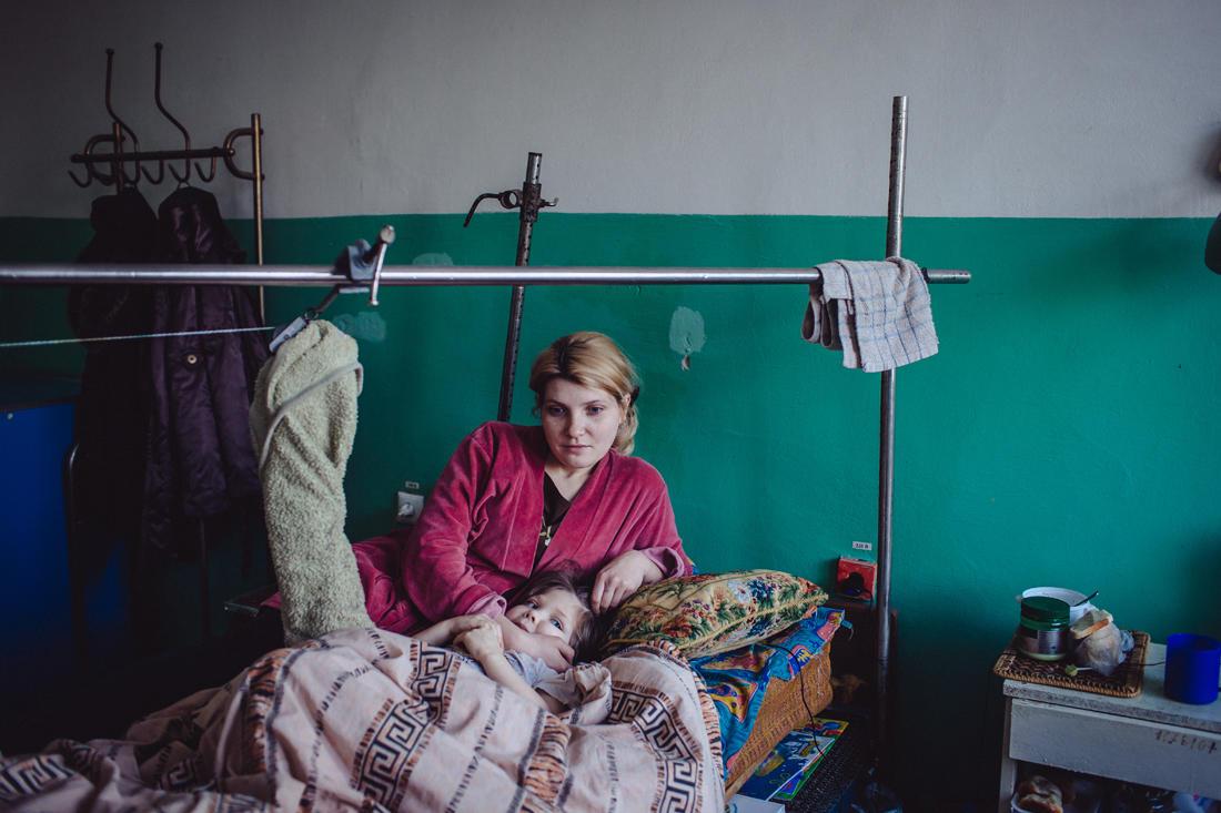 Ein Krankenhaus in Horliwka: Walja, 24 Jahre alt, und Wika, 5 Jahre alt, kommen aus Nowohorliwka, einem durch Artillerieangriffe schwer beschädigten Ort. - Foto: Max Avdeev / Meduza