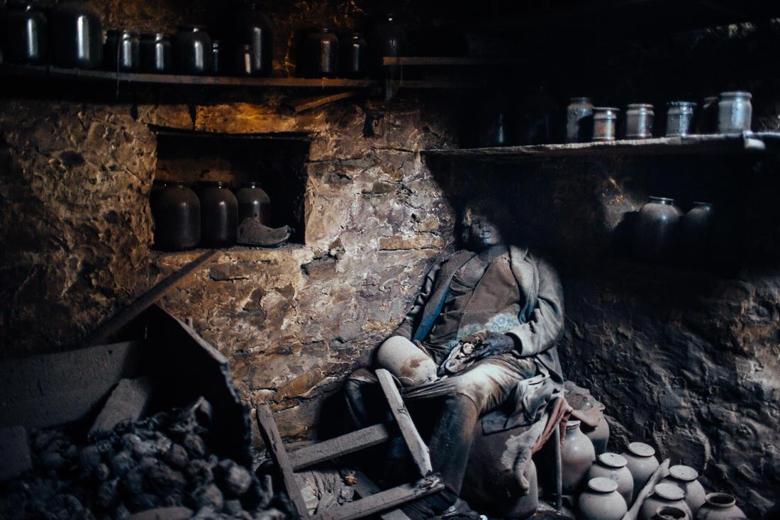 Eine Frau, die im Keller eines Hauses in Lohwynowe getötet wurde, etwa 80 Kilometer vom Zentrum von Donezk. - Foto: Max Avdeev / Meduza