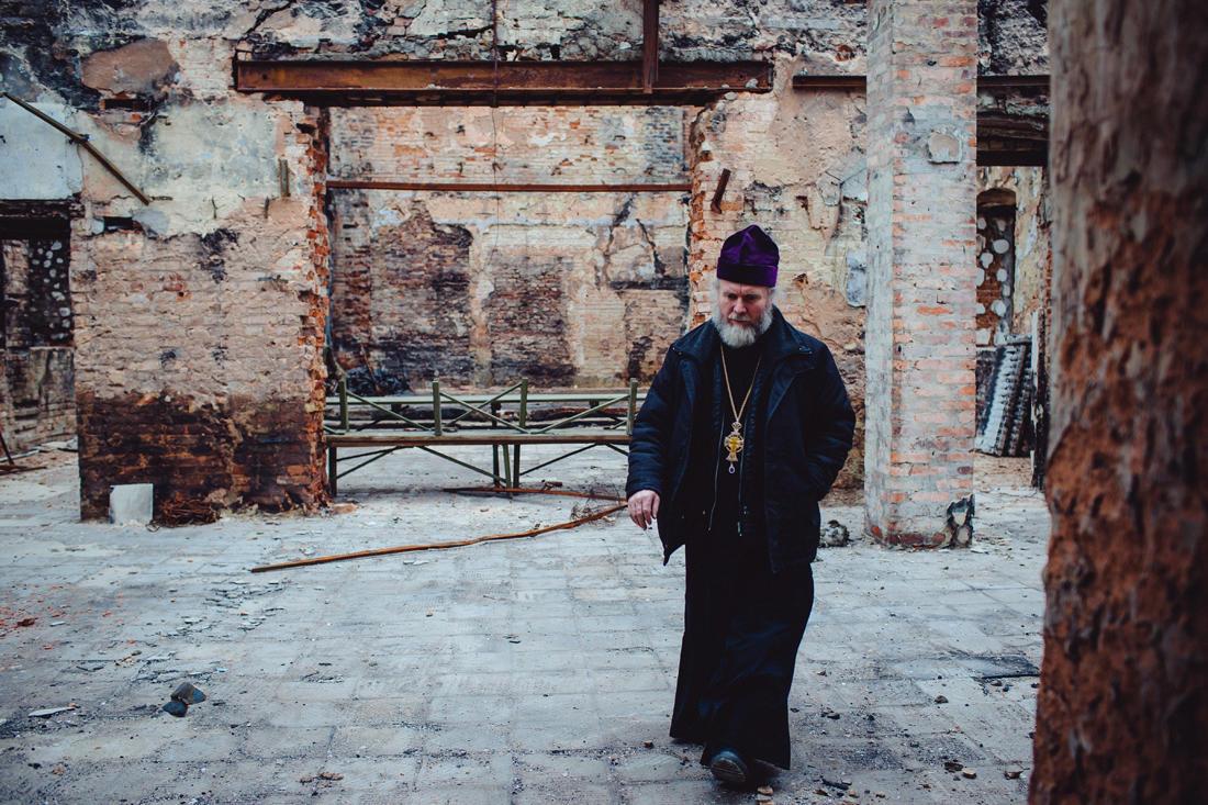 Ein Priester führt durch die Ruinen seiner Kirche im Stadtbezirk Petrowka. Das Gebäude fing Feuer und brannte aus, nachdem es von einer Granate aus einer Haubitze getroffen worden war. - Foto: Max Avdeev / Meduza