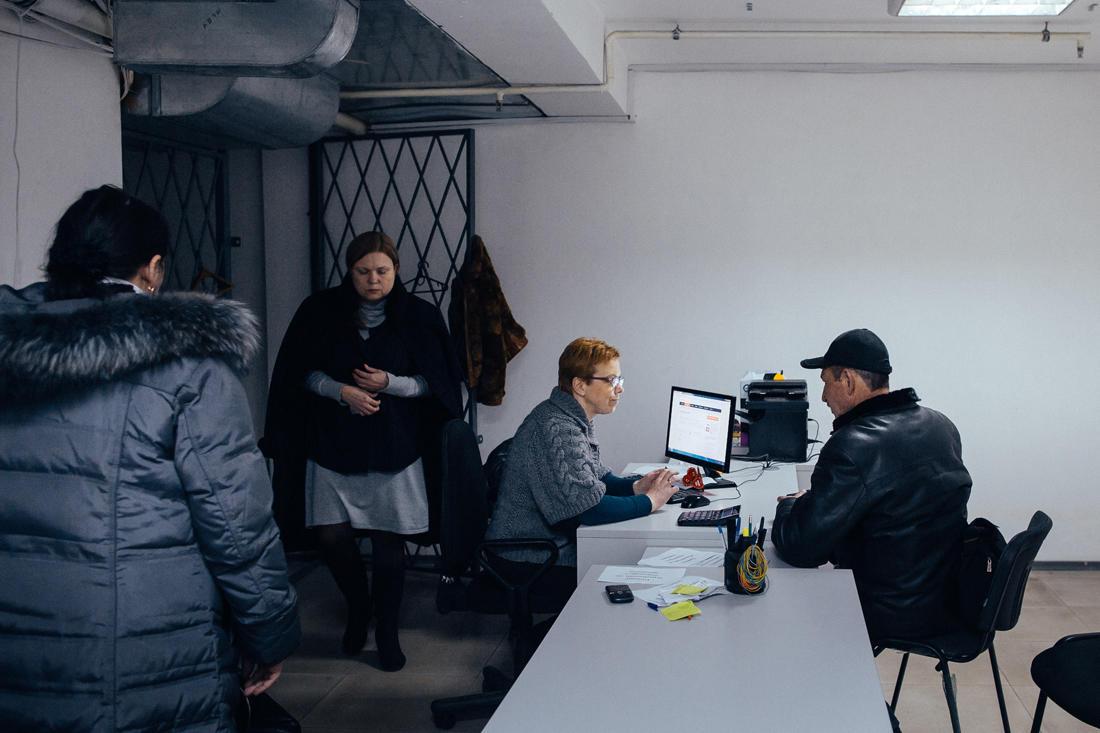 Ein Kassenraum in einem Einkaufszentrum in Donezk. Viele Bewohner in der Stadt erhalten ihre Renten und Sozialleistungen auf Bankkonten, die derzeit in der Donezker Volksrepublik nicht zugänglich sind. Ein Ausschuss wurde eingerichtet, um dieses Problem anzugehen. Das Büro überweist im Austausch gegen Bargeld das Guthaben von Privatpersonen auf seine Konten und kassiert dafür eine kleine Provision. - Foto: Max Avdeev / Meduza