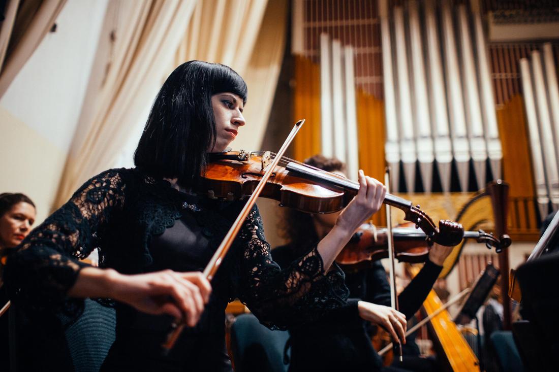 """Das Orchester spielt Schostakowitschs 7. Sinfonie mit dem Titel """"Leningrad"""". - Foto: Max Avdeev / Meduza"""