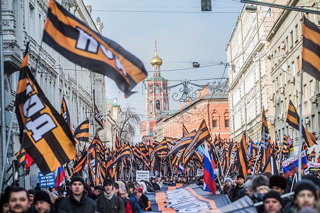 """Antimaidan""-Demonstranten marschieren durch die Moskauer Petrowka-Straße. Foto: Jewgeni Feldman / Nowaja Gaweta"
