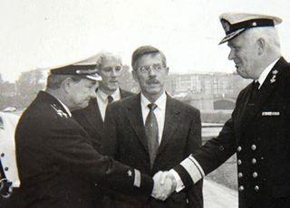 """Bax (Mitte) vor einigen Jahren anlässlich eines Treffens zwischen dem niederländischen Vize-Admiral Van Duyvendijk (rechts) und dem russischen Admiral Kapitanets. """"Wirtschaftssanktionen halten die Russen nicht auf""""."""