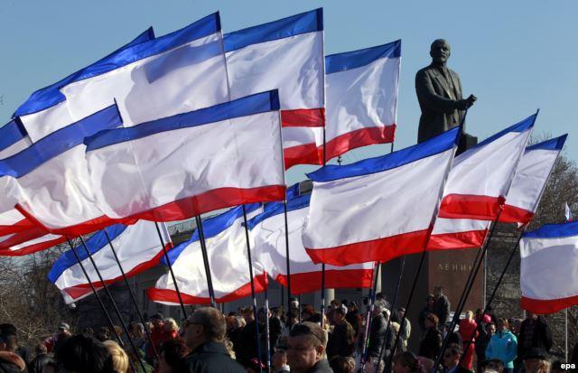 Pro-russische Demonstranten protestieren in der Hauptstadt der Krim Simferopol im Februar des vergangenen Jahres - Foto: epa