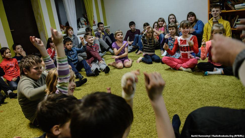 16 - Am Ende des Tages versammeln sich die Kinder, um ihre Gefühle und Eindrücke von den Ereignissen des Tages zu teilen.