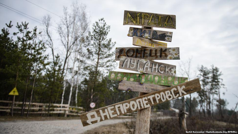 """4 - Schilder der Heimatstädte der Kinder im Camp, das jetzt den Namen """"Lisova sastawa"""" (""""Wald-Außenposten"""") trägt"""