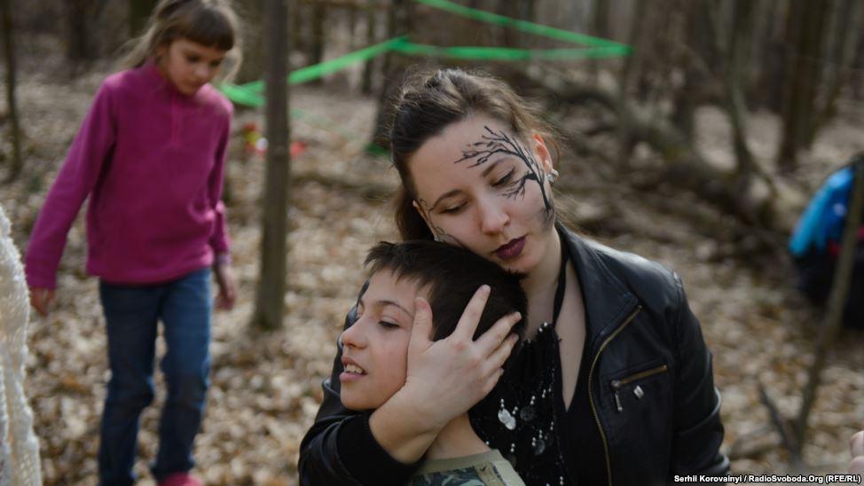 7 - Eine Betreuerin nimmt einen Jungen in den Arm, nachdem er sich aufgeregt hatte.