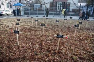 Kreuze vor der russischen Botschaft in Kyiw. Sie tragen die Namen der durch den Beschuss Mariupols im Januar getöteten Menschen. - Foto: Irina Sokolovksa / Demotix.