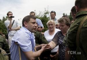 Sachartschenko diskutiert mit der Menschenmenge (Foto Reuters)