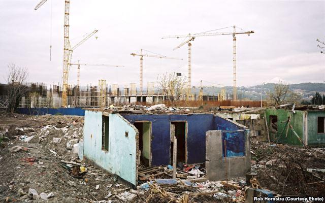 In Sotschi wurden Dörfer mit dem Bulldozer niedergewalzt, um Raum für massiven Anlagenbau zu schaffen (Foto © Rob Hornstra)