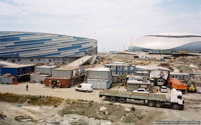 Der Tod war tägliche Routine - Mindestens 120 Usbeken unter den Toten auf den Baustellen der gigantischen Stadien (Foto © Rob Hornstra)