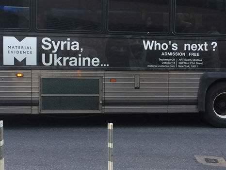 """In New York wurde """"Material Evidence"""" auf 30 Bussen und 250 U-Bahn Postern beworben [78] [94]"""