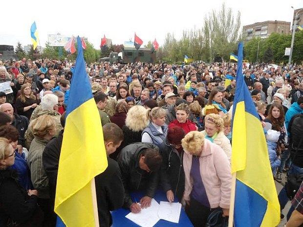 Einwohner von Mariupol unterzeichnen eine Petition gegen den Abzug von Truppen bei einer Kundgebung gegen die entmilitarisierte Zone - Foto: lb.ua