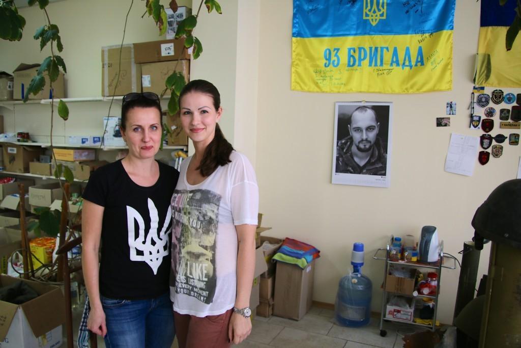 Inna Dubnjak, 36 (links), and Julia Dimitrowa, zivile Freiwillige in ihrem Büro in Dnipropetrowsk
