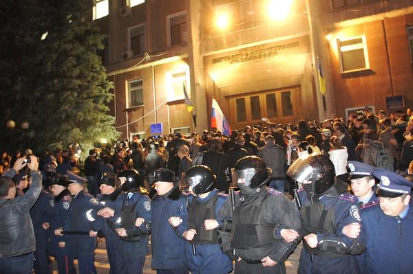 Ein Polizeikette steht vor der Stadtverwaltung, während prorussische Separatisten einen Angriff versuchen. Foto: prestupnosti.net