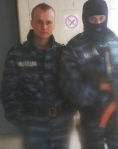 """Der russische Soldat Nikolai Koslow (links) in einer ukrainischen Uniform der Polizeitruppe """"Berkut"""". Foto von der Vkontakte-Seite seines Vaters. Mai 2014"""