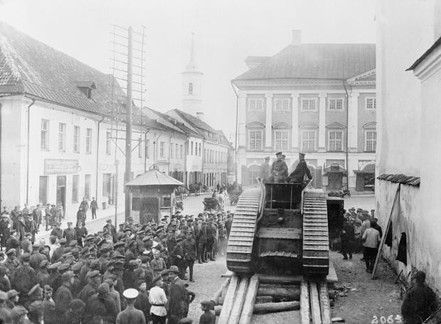 Männer der winzigen estnischen Armee organisieren sich am Hauptplatz von Narva am 27. September 1939. Die Sowjets marschierten dann im folgenden Jahr ein. Foto: Bettmann/Corbis