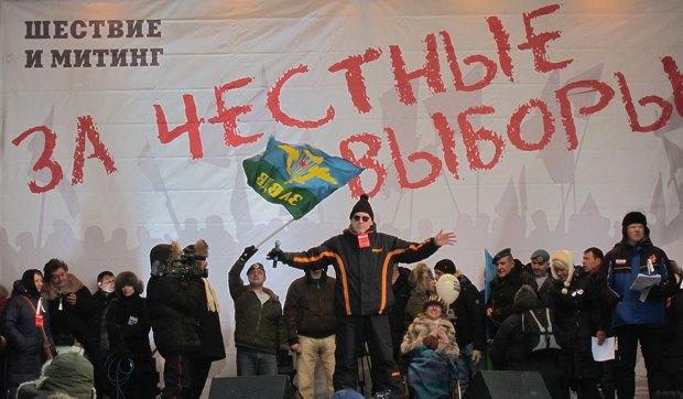 """Artemi Troitzki (in der Mitte) singt ein Lied auf der Tribüne des Meetings """"Für faire Wahlen"""" am 4. Februar 2012 auf dem Bolotnaja-Platz in Moskau. Foto: wikipedia.org"""
