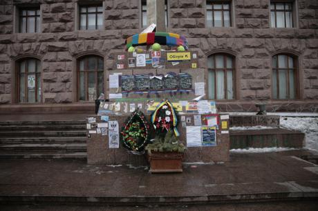 Kyiw, Februar 2015: Gedenkstätte, gewidmet den Protestierenden, die bei Zusammenstößen ums Leben gekommen sind. Foto: Andreas Brunglinghaus / Demotix.